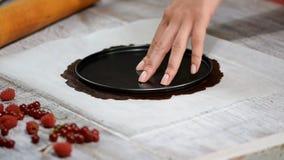 Διαδικασία μαγειρέματος Προετοιμασία του βαλμένου σε στρώσεις κέικ μελιού σοκολάτας φιλμ μικρού μήκους