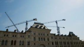 Διαδικασία οικοδόμησης κτηρίου Οικοδόμηση γερανών πύργων ένα σύγχρονο κατοικημένο, διοικητικό, εμπορικό κτήριο απόθεμα βίντεο