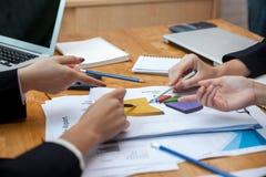 Διαδικασία ομαδικής εργασίας, επιχειρηματίες που λειτουργεί στο γραφείο στοκ εικόνες