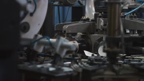 Διαδικασία παραγωγής του φλυτζανιού εγγράφου για τον καφέ ή το τσάι Μέρη περιστρεφόμενων μηχανών απόθεμα βίντεο