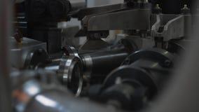 Διαδικασία παραγωγής των φλυτζανιών εγγράφου για τον καφέ ή το τσάι Μέρη περιστρεφόμενων μηχανών απόθεμα βίντεο