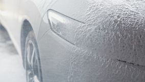 Διαδικασία πλύσης αυτοκινήτων Ο αφρός ψεκασμού καλύπτει τη μηχανή και την καθαρίζει από το ρύπο o απόθεμα βίντεο