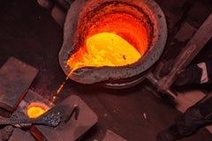 διαδικασία ρίψης μετάλλων με την υψηλής θερμοκρασίας πυρκαγιά στο εργοστάσιο μερών μετάλλων στοκ εικόνα