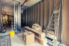 Διαδικασία τα πλαίσια μετάλλων για τη γυψοσανίδα - τα εργαλεία ξηρών τοίχων και κατασκευής στο δωμάτιο του διαμερίσματος είναι κά Στοκ εικόνες με δικαίωμα ελεύθερης χρήσης