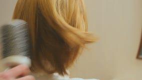 Διαδικασία την τρίχα με τη χτένα και hairdryer απόθεμα βίντεο