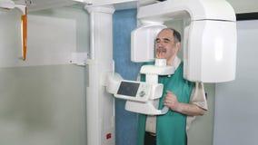 Διαδικασία της εξέτασης του ασθενή με τη χρησιμοποίηση του πανοραμικού και cephalometric ανιχνευτή ακτίνας X απόθεμα βίντεο