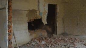 Διαδικασία της καταστροφής ενός τουβλότοιχος στο παλαιό σπίτι, μέσα στο δωμάτιο υπάρχει μια αναδημιουργία ή μια επισκευή του α απόθεμα βίντεο