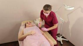 Διαδικασία της τρίχας που μεταθέτει σε διαθεσιμότητα σε μια όμορφη γυναίκα Γλυκασμός απόθεμα βίντεο