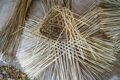 Διαδικασία της ύφανσης καλαθιών φιαγμένη από λουρίδες μπαμπού στοκ εικόνα