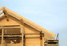 Διαδικασία του ξύλινου μονταρίσματος κλίσεων στεγών σπιτιών ευθέος Στοκ Φωτογραφίες