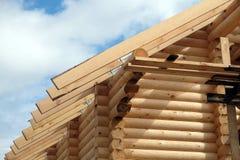 Διαδικασία του ξύλινου μονταρίσματος κλίσεων στεγών σπιτιών ευθέος Στοκ φωτογραφία με δικαίωμα ελεύθερης χρήσης