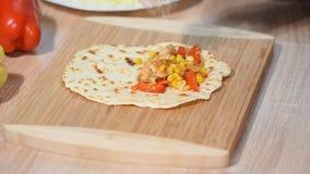 Διαδικασία του quesadilla μαγειρέματος μαγειρεύοντας για το υγιές φρέσκο quesadilla, tacos, buritto, fajitas απόθεμα βίντεο