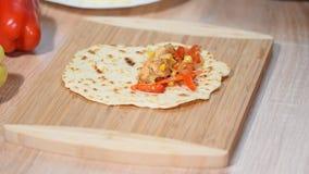 Διαδικασία του quesadilla μαγειρέματος μαγειρεύοντας για το υγιές φρέσκο quesadilla, tacos, buritto, fajitas φιλμ μικρού μήκους