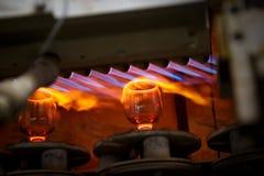Διαδικασία φυσήγματος γυαλιού, κατασκευή των γυαλικών στοκ φωτογραφίες