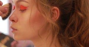 Διαδικασία Makeup στο σαλόνι ομορφιάς φιλμ μικρού μήκους