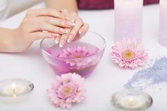 Διαδικασία SPA Γυναίκα στα δάχτυλα εκμετάλλευσης σαλονιών ομορφιάς στο BA αρώματος Στοκ φωτογραφία με δικαίωμα ελεύθερης χρήσης