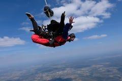Διαδοχική ελεύθερη πτώση με αλεξίπτωτο Δύο ευτυχή άτομα είναι στον ουρανό στοκ εικόνα με δικαίωμα ελεύθερης χρήσης