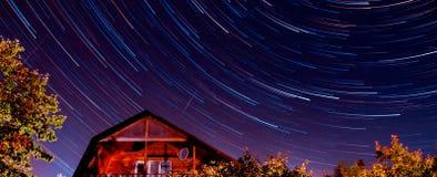 Διαδρομές αστεριών, σπίτι, υπόβαθρο νυχτερινού ουρανού φως Στοκ φωτογραφίες με δικαίωμα ελεύθερης χρήσης