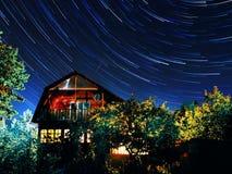 Διαδρομές αστεριών, σπίτι, υπόβαθρο νυχτερινού ουρανού φως Στοκ Εικόνες