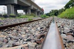 Διαδρομές και βράχοι σιδηροδρόμου μετάλλων στην Ταϊλάνδη Στοκ εικόνες με δικαίωμα ελεύθερης χρήσης