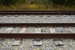 Διαδρομές σιδηροδρόμου, δεσμοί σιδηροδρόμου και πέτρα αμμοχάλικου Στοκ Φωτογραφίες