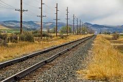 Διαδρομές σιδηροδρόμου και ηλεκτροφόρα καλώδια Στοκ Εικόνες