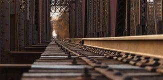 Διαδρομές σιδηροδρόμου σε μια γέφυρα στοκ εικόνα με δικαίωμα ελεύθερης χρήσης