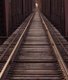Διαδρομές σιδηροδρόμου σε μια γέφυρα στοκ φωτογραφία με δικαίωμα ελεύθερης χρήσης
