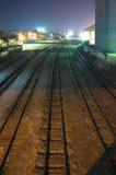 Διαδρομές σιδηροδρόμου τη νύχτα Στοκ φωτογραφία με δικαίωμα ελεύθερης χρήσης