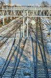 Διαδρομές σιδηροδρόμων και ηλεκτρική έλξη κατά τη διάρκεια του χειμώνα Στοκ φωτογραφίες με δικαίωμα ελεύθερης χρήσης