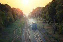 Διαδρομές σιδηροδρόμων στην αγροτική σκηνή με το ηλιοβασίλεμα κρητιδογραφιών Στοκ Φωτογραφία