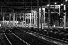 Διαδρομές σιδηροδρόμων τη νύχτα Στοκ Φωτογραφία