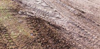 Διαδρομή από ένα αυτοκίνητο σε ένα βρώμικο έδαφος Στοκ Εικόνα