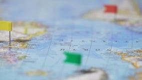 Διαδρομή παγκόσμιου γύρου που μαρκάρεται με τις καρφίτσες στο χάρτη, προορισμοί ταξιδιού, ενεργός τρόπος ζωής απόθεμα βίντεο