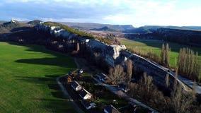 Διαδρομή που περνά μέσω του βράχου το καλοκαίρι E Τοπ άποψη της εθνικής οδού στις ακτίνες πρωινού στο υπόβαθρο του απότομου βράχο απόθεμα βίντεο