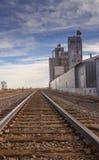Διαδρομή σιδηροδρόμου και σιταποθήκη στοκ φωτογραφία με δικαίωμα ελεύθερης χρήσης