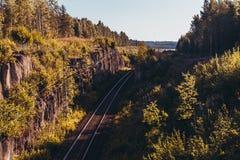 Διαδρομή σιδηροδρόμου στην κορυφογραμμή μια ηλιόλουστη ημέρα στοκ φωτογραφίες