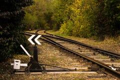 Διαδρομή σιδηροδρόμων με ένα βέλος στο δάσος Στοκ εικόνα με δικαίωμα ελεύθερης χρήσης