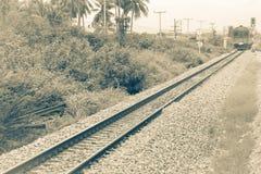 Διαδρομή σιδηροδρόμων στο αμμοχάλικο για τη μεταφορά τραίνων Μονοχρωματικό εκλεκτής ποιότητας ύφος στοκ εικόνα με δικαίωμα ελεύθερης χρήσης