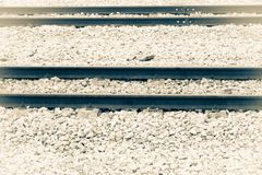 Διαδρομή σιδηροδρόμων στο αμμοχάλικο για τη μεταφορά τραίνων Μονοχρωματικό εκλεκτής ποιότητας ύφος στοκ εικόνες