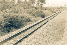 Διαδρομή σιδηροδρόμων στο αμμοχάλικο για τη μεταφορά τραίνων Μονοχρωματικό εκλεκτής ποιότητας ύφος στοκ εικόνα