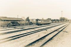 Διαδρομή σιδηροδρόμων στο αμμοχάλικο για τη μεταφορά τραίνων Μονοχρωματικό εκλεκτής ποιότητας ύφος στοκ φωτογραφία με δικαίωμα ελεύθερης χρήσης