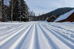 Διαδρομή σκι στις ορεινές περιοχές Στοκ φωτογραφία με δικαίωμα ελεύθερης χρήσης