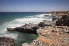 Διαδρομή των ψαράδων, που βρίσκεται στο νοτιοδυτικό σημείο Πορτογαλία, με τους σχηματισμούς βράχου και την κρυστάλλινη θάλασσά το στοκ φωτογραφίες με δικαίωμα ελεύθερης χρήσης