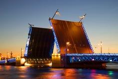 Διαζευγμένη θερινή νύχτα γεφυρών παλατιών Άγιος-Πετρούπολη Στοκ εικόνες με δικαίωμα ελεύθερης χρήσης