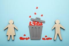 Διαζύγιο του ζεύγους, κόκκινες καρδιές στο δοχείο απορριμμάτων Αγάπη και έχθρα, χωρισμός στοκ φωτογραφία