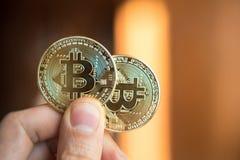 Διαθέσιμη επένδυση χεριών δύο bitcoins, αλλαγή σειράς μαθημάτων, άνοδος, πτώση, Στοκ εικόνες με δικαίωμα ελεύθερης χρήσης