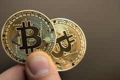Διαθέσιμη επένδυση χεριών δύο bitcoins, αλλαγή σειράς μαθημάτων, άνοδος, πτώση, Στοκ Εικόνες
