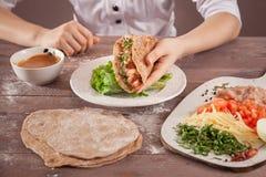 Διαθέσιμος αρχιμάγειρας χεριών Toco μεταξύ των συστατικών Στοκ εικόνες με δικαίωμα ελεύθερης χρήσης