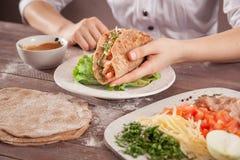 Διαθέσιμος αρχιμάγειρας χεριών Toco μεταξύ των συστατικών Στοκ εικόνα με δικαίωμα ελεύθερης χρήσης